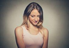Έλλειψη εμπιστοσύνης Η ντροπαλή νέα γυναίκα αισθάνεται αδέξια στοκ εικόνες