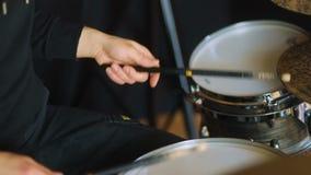 Έλλειψη-ορισμένο Β άτομο από τη ορχήστρα ροκ που χτυπά τα τύμπανα και τα drum-type πιάτα στο στούντιο απόθεμα βίντεο
