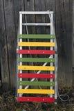Έλκηθρα παιδιών ξύλου και μετάλλων χρώματος στον ξύλινο τοίχο πινάκων Στοκ Εικόνα
