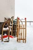 Έλκηθρα χιονιού που περιμένουν τα παιδιά κοντά στο σπίτι Στοκ εικόνες με δικαίωμα ελεύθερης χρήσης