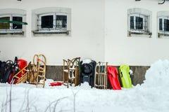 Έλκηθρα χιονιού που περιμένουν τα παιδιά κοντά στο σπίτι Στοκ Εικόνα