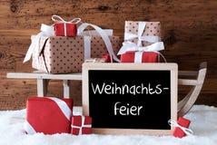 Έλκηθρο με τα δώρα στο χιόνι, γιορτή Χριστουγέννων μέσων Weihnachtsfeier Στοκ εικόνες με δικαίωμα ελεύθερης χρήσης