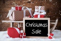 Έλκηθρο με τα δώρα, χιόνι, Snowflakes, πώληση Χριστουγέννων κειμένων Στοκ φωτογραφία με δικαίωμα ελεύθερης χρήσης