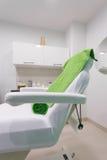 Έδρα στο σύγχρονο υγιές beauty spa σαλόνι. Εσωτερικό του δωματίου επεξεργασίας. Στοκ Φωτογραφία