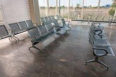 Έδρες αναμονής στάσεων λεωφορείου χάλυβα Στοκ Φωτογραφία