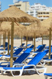 Έδρες και ομπρέλα σε μια όμορφη τροπική παραλία Στοκ Εικόνες