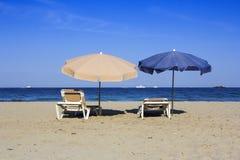 Έδρες και ομπρέλες σε μια όμορφη αμμώδη παραλία Στοκ Εικόνες