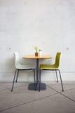 Έδρες και πίνακας στον καφέ Στοκ φωτογραφία με δικαίωμα ελεύθερης χρήσης