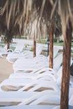 Έδρες παραλιών έτοιμες για το λούσιμο ήλιων Στοκ Εικόνες