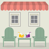Έδρες που τίθενται με το χυμό φρούτων κάτω από Awning και τα παράθυρα Στοκ εικόνες με δικαίωμα ελεύθερης χρήσης