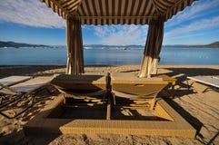 Έδρες σαλονιών cabana στην παραλία Στοκ φωτογραφία με δικαίωμα ελεύθερης χρήσης
