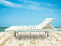 Έδρες σαλονιών παραλιών στο ξύλινο πάτωμα Στοκ Εικόνες