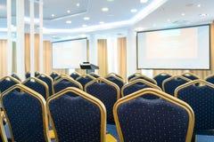 Έδρες σε μια σειρά στη αίθουσα συνδιαλέξεων Στοκ εικόνες με δικαίωμα ελεύθερης χρήσης