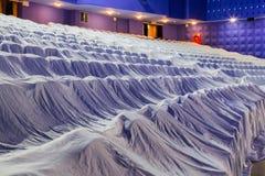 Έδρες στην αίθουσα συνεδριάσεων, που καλύπτεται με ένα άσπρο ύφασμα που προστατεύει από τη σκόνη και το ρύπο Στοκ φωτογραφίες με δικαίωμα ελεύθερης χρήσης