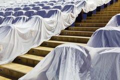 Έδρες στην αίθουσα συνεδριάσεων, που καλύπτεται με ένα άσπρο ύφασμα που προστατεύει από τη σκόνη και το ρύπο Στοκ Εικόνα