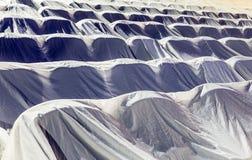 Έδρες στην αίθουσα συνεδριάσεων, που καλύπτεται με ένα άσπρο ύφασμα που προστατεύει από τη σκόνη και το ρύπο Στοκ Φωτογραφίες