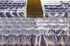 Έδρες στην αίθουσα συνεδριάσεων, που καλύπτεται με ένα άσπρο ύφασμα που προστατεύει από τη σκόνη και το ρύπο Στοκ Φωτογραφία