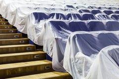 Έδρες στην αίθουσα συνεδριάσεων, που καλύπτεται με ένα άσπρο ύφασμα που προστατεύει από τη σκόνη και το ρύπο Στοκ Εικόνες