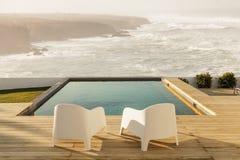 Έδρες στο σύγχρονο σπίτι με την ξύλινη γέφυρα Στοκ εικόνες με δικαίωμα ελεύθερης χρήσης