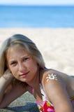 Ήλιος από την κρέμα ήλιος-προστασίας σε έναν ώμο Στοκ Φωτογραφίες