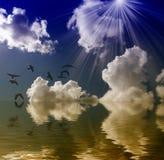 Ήλιος, θάλασσα και σύννεφα πουλιών στοκ εικόνες με δικαίωμα ελεύθερης χρήσης