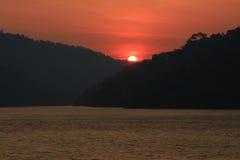 Ήλιος και κόκκινος ουρανός Στοκ εικόνα με δικαίωμα ελεύθερης χρήσης