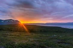 Ήλιος μεσάνυχτων το καλοκαίρι στο εθνικό πάρκο Abisko, Σουηδία στοκ φωτογραφία με δικαίωμα ελεύθερης χρήσης