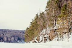 Ήλιος μεταξύ των αιχμών βουνών Όμορφο χειμερινό τοπίο, ο σκληρός, κρύος χειμώνας Altai, αυστηρές αιχμές βουνών που καλύπτονται απ στοκ εικόνες με δικαίωμα ελεύθερης χρήσης
