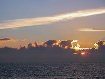 Ήλιος που αυξάνεται πίσω από τα σύννεφα στην ακτή της Κορνουάλλης στοκ φωτογραφία