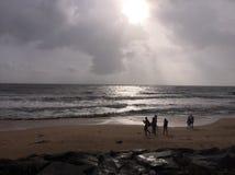 Ήλιος που θέτει κατά τη διάρκεια του λυκόφατος στην παραλία Kundapura Στοκ Φωτογραφία