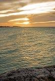 Ήλιος που θέτει στο φραγμό και τα κάγκελα Lenny στους κοκοφοίνικες Cayo, Κούβα στοκ φωτογραφίες