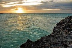 Ήλιος που θέτει στο φραγμό και τα κάγκελα Lenny στους κοκοφοίνικες Cayo, Κούβα στοκ φωτογραφίες με δικαίωμα ελεύθερης χρήσης