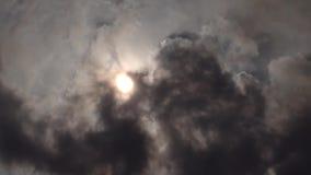Ήλιος που καλύπτεται από τα μαύρα σύννεφα καπνού απόθεμα βίντεο