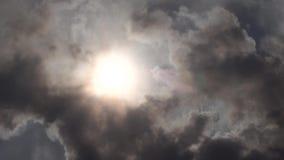 Ήλιος που καλύπτεται από τα μαύρα σύννεφα καπνού φιλμ μικρού μήκους