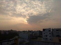 Ήλιος που καλύπτεται με τα σύννεφα στοκ φωτογραφία