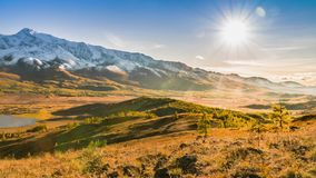 Ήλιος που κινείται πέρα από τα βουνά και την κοιλάδα φθινοπώρου απόθεμα βίντεο