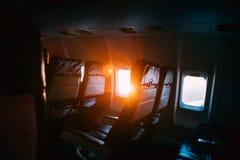 Ήλιος που λάμπει από το παράθυρο αεροπλάνων αεροσκαφών αεροπλάνων στην καμπίνα καμπινών Στοκ Εικόνες