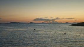 Ήλιος που λάμπει επάνω από τη θάλασσα Ηλιοβασίλεμα απόθεμα βίντεο