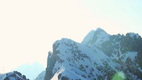 Ήλιος που λάμπει λαμπρά στα χιονώδη βουνά, παγετώνας πάνω από τις Άλπεις απόθεμα βίντεο