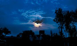 Ήλιος που λάμπει μέσω των σκοτεινών σύννεφων στοκ φωτογραφίες