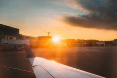 Ήλιος που λάμπει πέρα από Aiport Άποψη από το παράθυρο αεροπλάνων αεροσκαφών αεροπλάνων Στοκ φωτογραφία με δικαίωμα ελεύθερης χρήσης