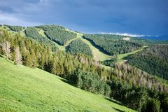 Ήλιος που λάμπει στα πολύβλαστα πράσινα δέντρα στην κοιλάδα Στοκ φωτογραφία με δικαίωμα ελεύθερης χρήσης