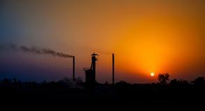 Ήλιος που τίθεται στη βιομηχανική περιοχή Στοκ φωτογραφία με δικαίωμα ελεύθερης χρήσης
