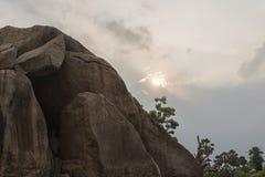 Ήλιος που τίθεται στη βουτύρου σφαίρα krishna ` s πίσω από το βράχο Στοκ εικόνες με δικαίωμα ελεύθερης χρήσης
