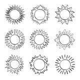 Ήλιος σκίτσων, συρμένα χέρι σύμβολα ηλιοφάνειας Χαριτωμένοι διανυσματικοί ήλιοι doodle απεικόνιση αποθεμάτων