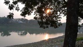Ήλιος σούρουπου κάτω από το φυσικό ποταμό ομορφιάς στοκ φωτογραφία