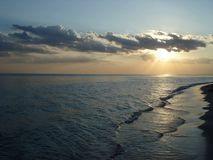 Ήλιος στα σύννεφα στο ηλιοβασίλεμα θαλασσίως στοκ φωτογραφία με δικαίωμα ελεύθερης χρήσης
