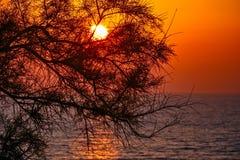Ήλιος στο ηλιοβασίλεμα πέρα από τη θάλασσα Στοκ εικόνα με δικαίωμα ελεύθερης χρήσης
