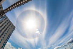 Ήλιος φωτοστεφάνου στα σύννεφα cirrus στην πόλη Στοκ εικόνα με δικαίωμα ελεύθερης χρήσης