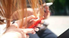Ήλιος χεριών smartphone κοριτσιών απόθεμα βίντεο